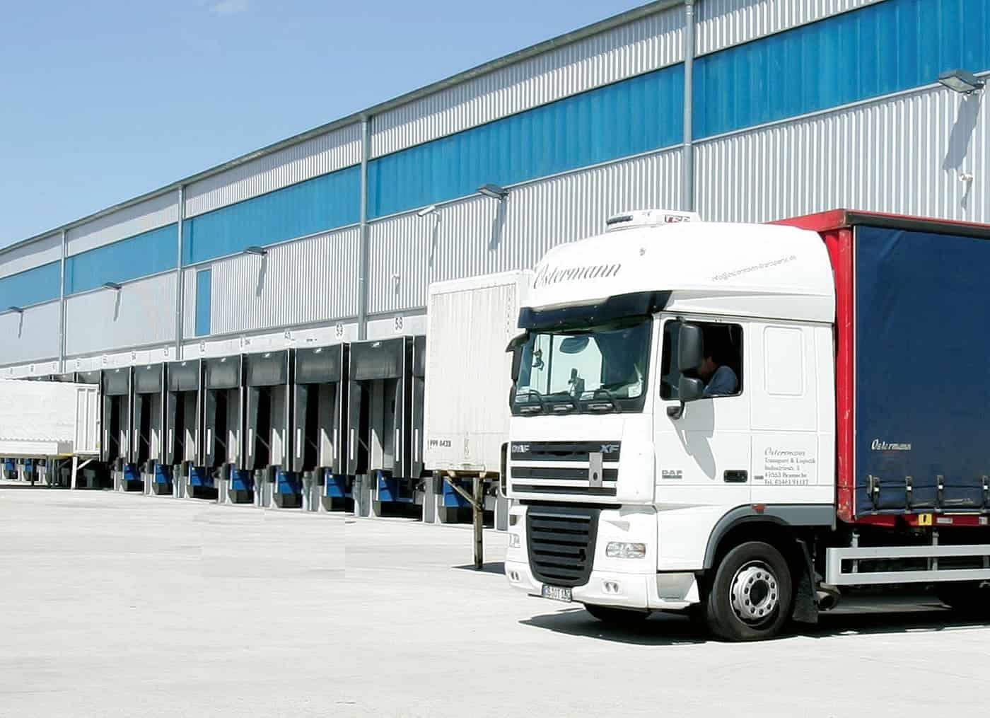 Logistikbyggnad med lastbryggor
