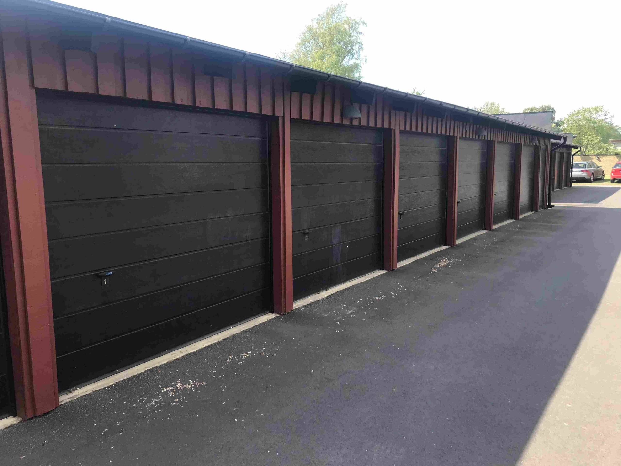 Radgarage med svarta garageportar