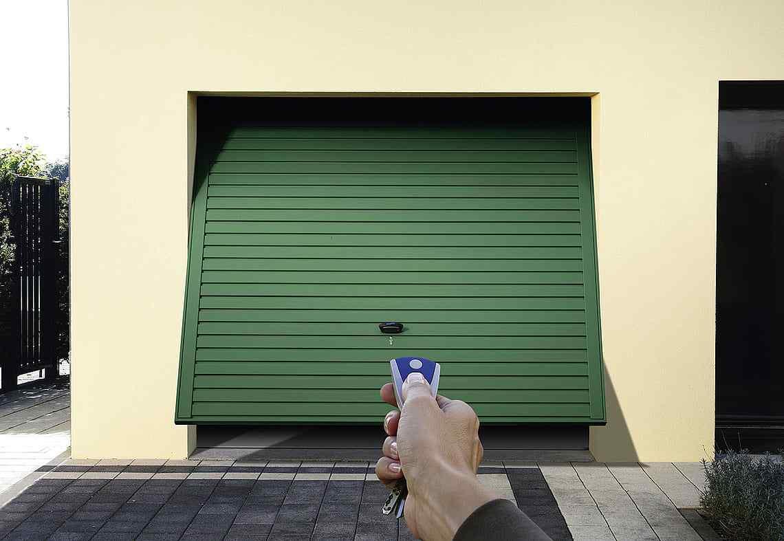 Grön garageport med kontroll