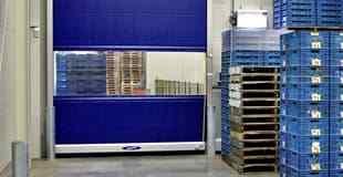 En lagerlokal med en blå snabbrullport i PVC från Novoferm