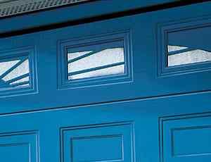 Närbild på en blå garageport med små fönster och rutor