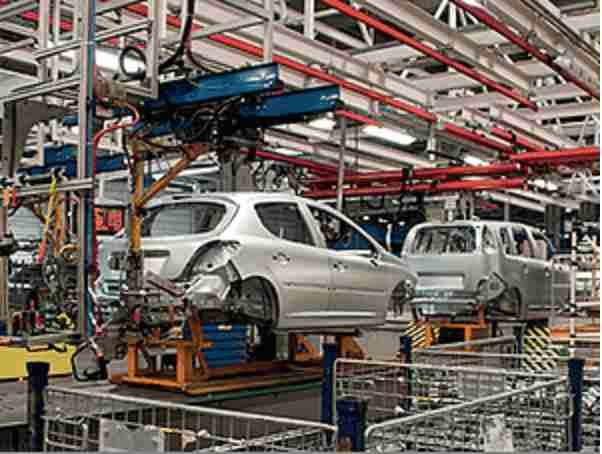 industrilokal som symboliserar garageportar i biltillverkning