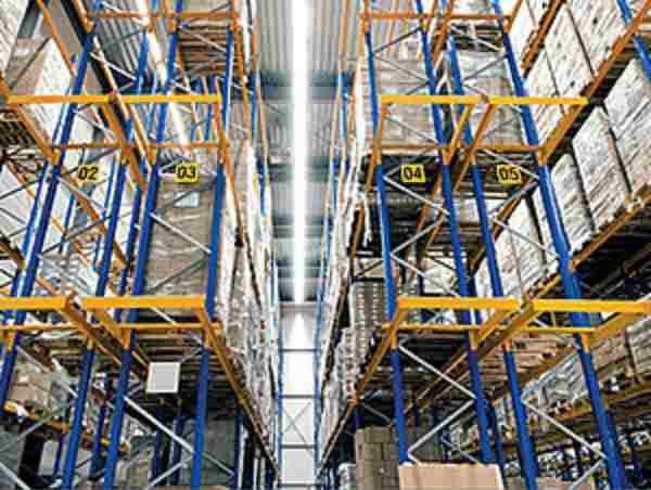 Logistikhall som symboliserar garageportar för logistik