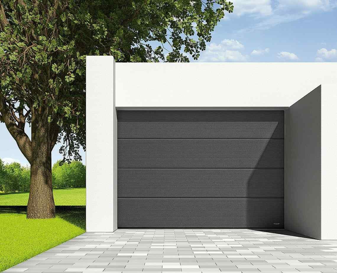 Ett hus med en garageport från novoferm av modellen iso45