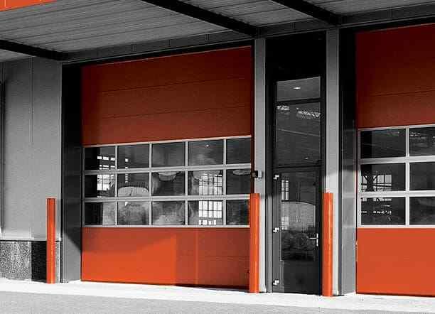 En orange industriport från novoferm av modellen Thermo 40