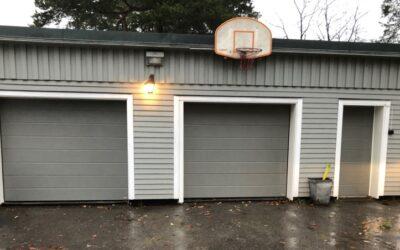 Kund investerar i två garageportar med dörr
